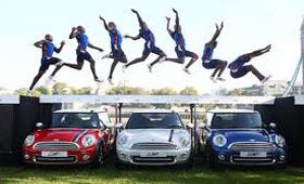 Английский прыгун прыгнул сразу через три машины