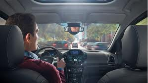 Половина водителей читает текстовую информацию за рулем