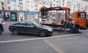 В центре Москвы убирают автомобили нарушителей